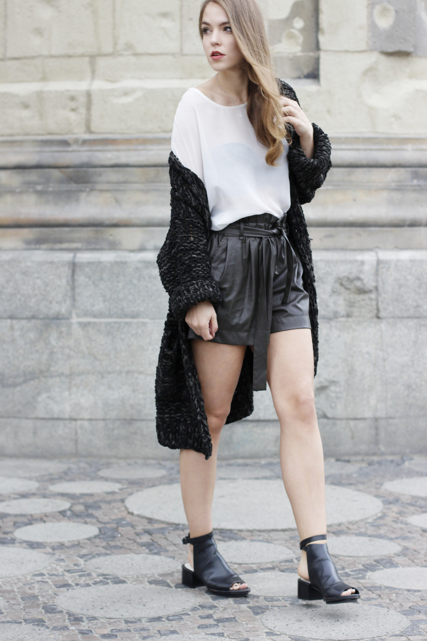 Ledershorts und Strickjacke mit transparent Shirt