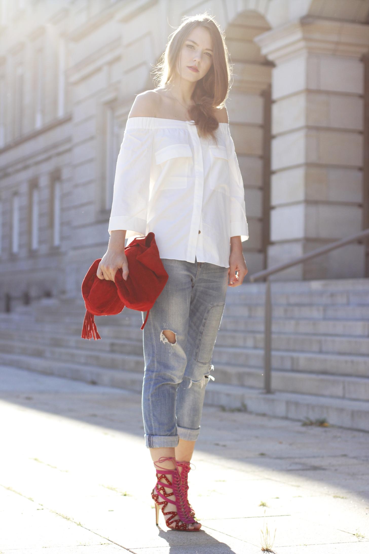 off-shoulder bluse, carmen bluse, boyfriendhose, jeans, rote stripped heels , sandalen