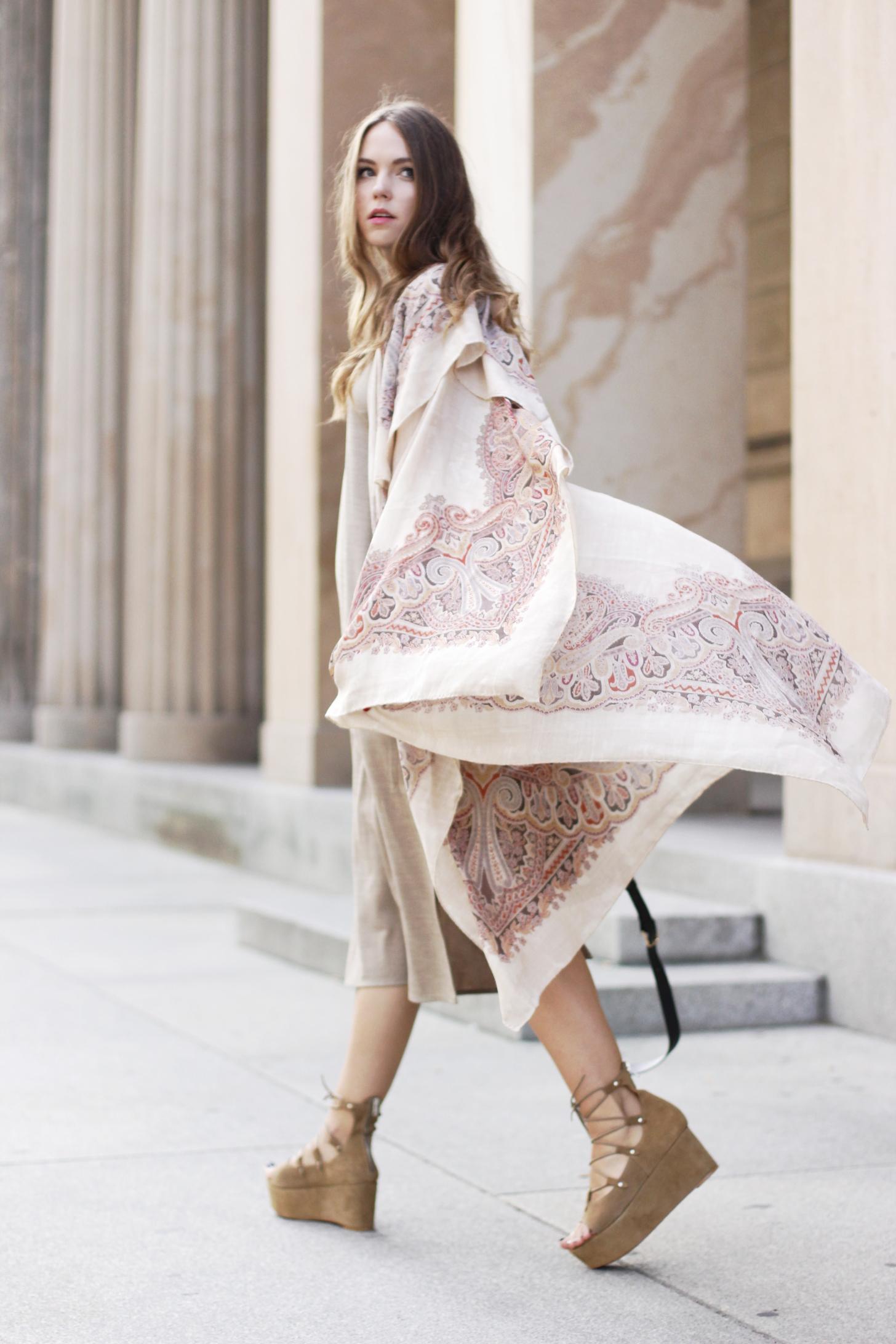 roeckl Tuch mit beiges Kleid und Mango Sandalen