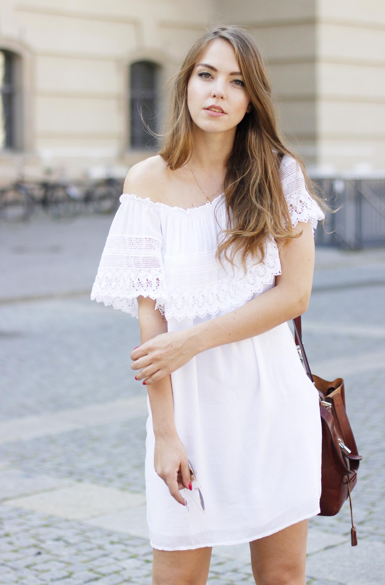 Freie Schulter Kleid, Gladiatorensandalen